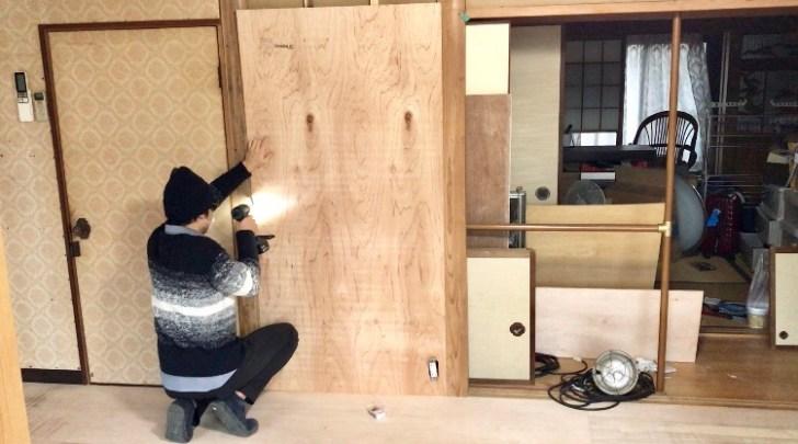 砂壁の上に取り付けたベニヤ板を下から順番にビスで固定