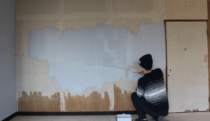 モルタル風のペンキで入口側の壁も同じように一面塗る