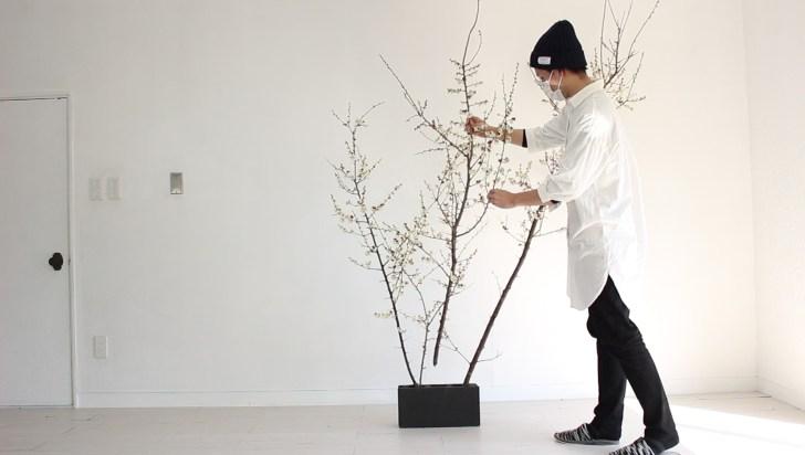 ペイントしたブロック石に植木鉢を生ける