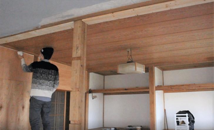 塗装前に壁や柱の隙間にパテ埋め