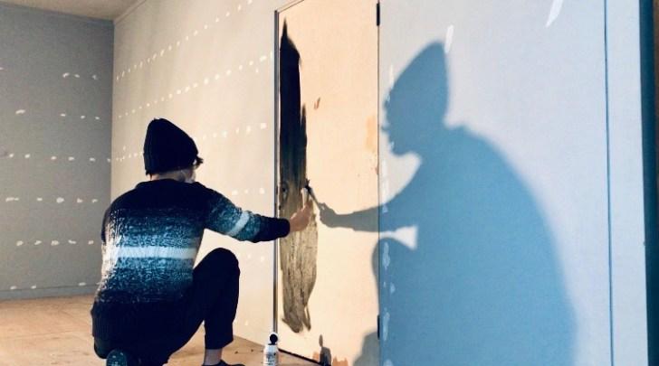 ミルクペイントで扉を黒に塗装