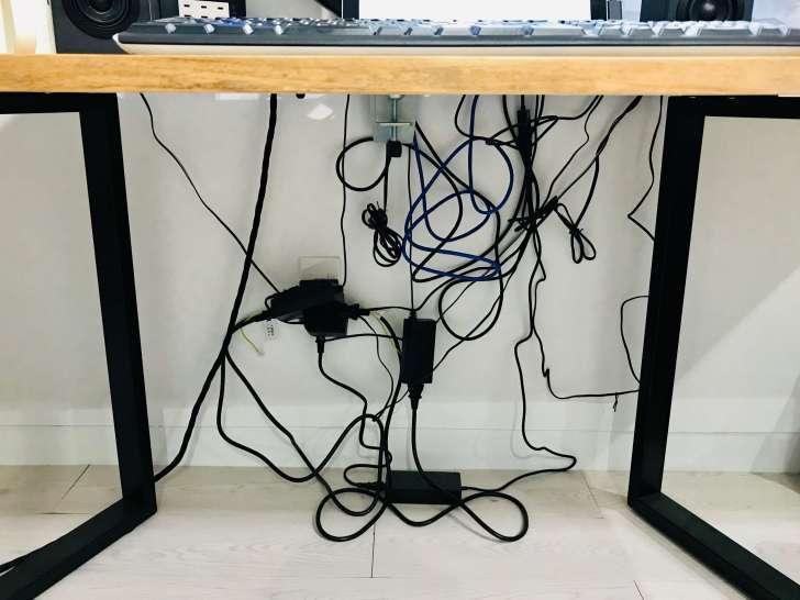 机したの隠しきれてない配線コード