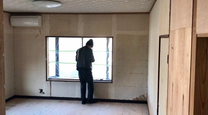塗装前に出窓にマスカーで保護