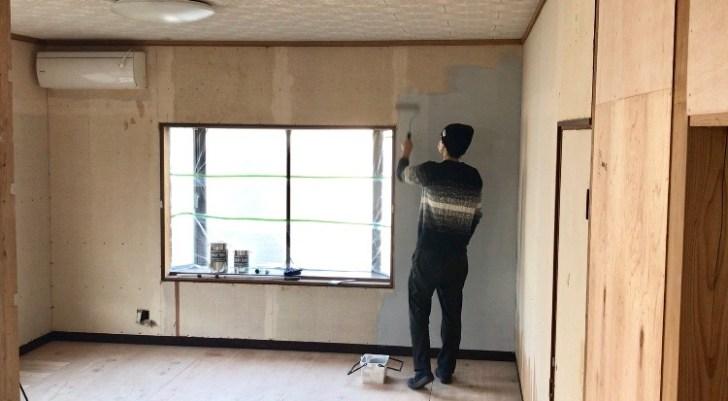 出窓側の壁から順番に塗装