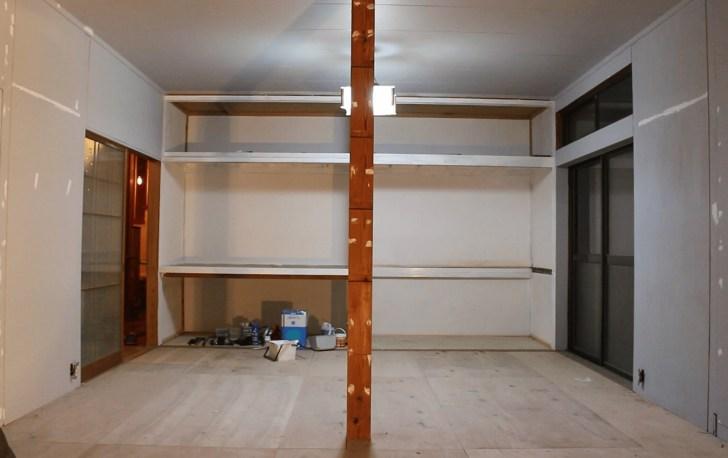 部屋の中心の柱も白で塗装