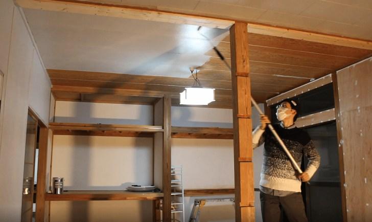 下処理をした和室の天井をモルタル風に塗装