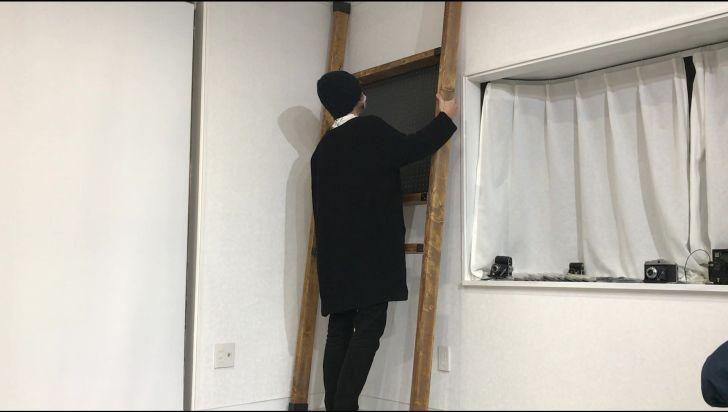 ディアウォールを取り付けた2×4材を壁に設置する