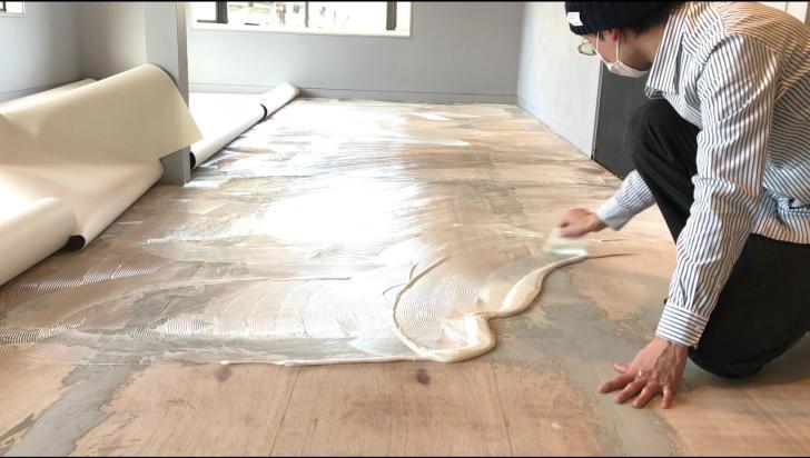 クッションフロアを貼る前に接着剤塗り伸ばす