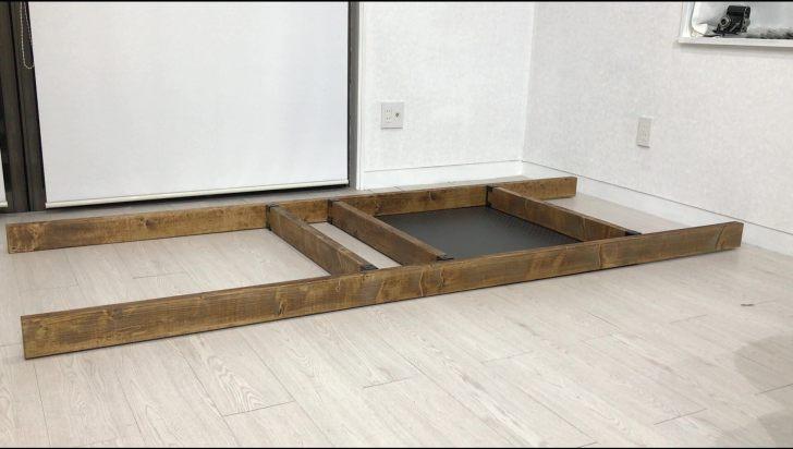 棚と有孔ボードの固定が完了した2×4材を裏返してディアウォールを取り付ける
