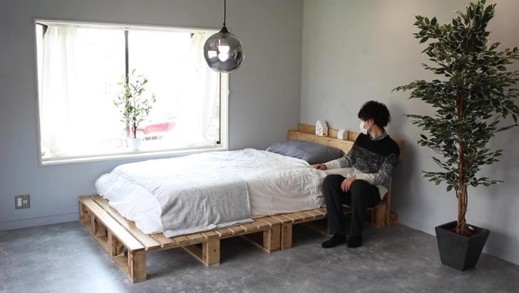 パレットベッドの横と下は1人分座れるスペース