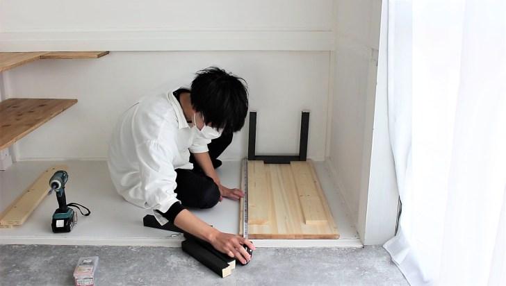 押入れにアイアン塗装脚を取り付けた収納棚を作る