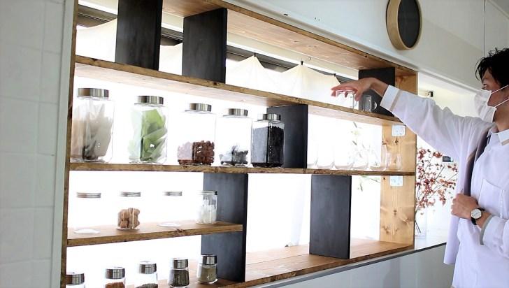 DIYで作ったキッチン収納棚に食器を飾る
