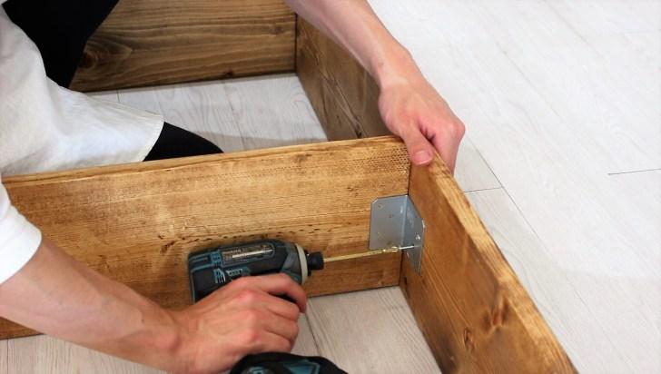 シンプソン金具で棚板を固定
