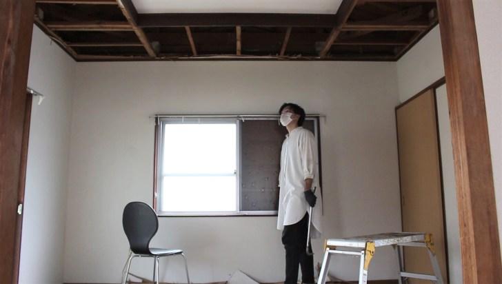真ん中の板以外解体し終わった天井