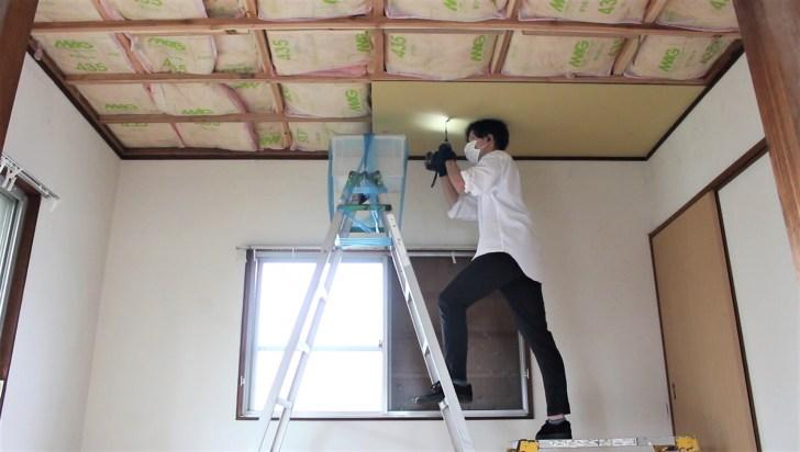 DIYで石膏ボードを天井の骨組みにビス止めする