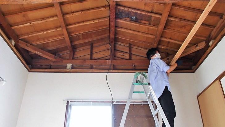 DIYで天井の骨組みになる野縁受けをカットして取り付ける