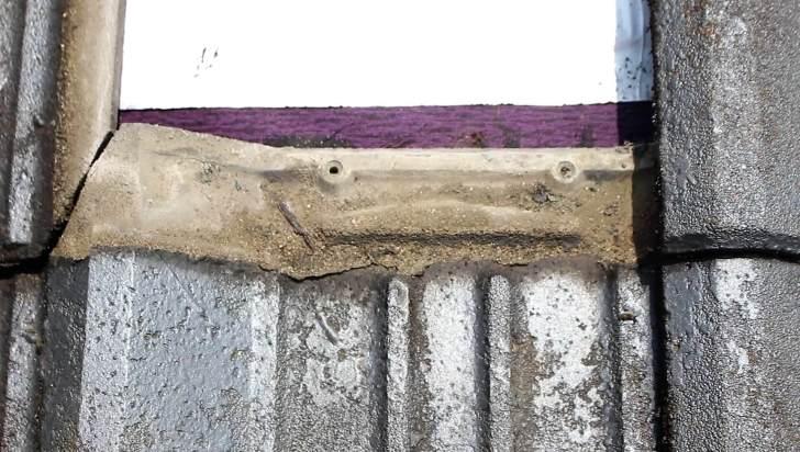 旧工法の屋根の作りだったので釘で固定されていない瓦