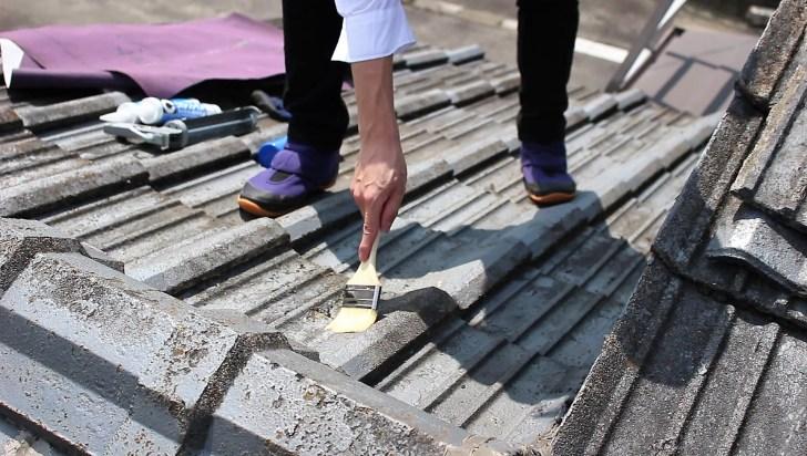 雨漏り箇所をコーキングする前に砂ぼこりがびっしり付いているのでハケと雑巾で掃除