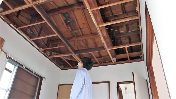 部屋の中から屋根裏を見て雨漏りしてないか確認
