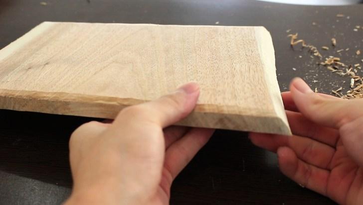 カッティングボード・まな板にするクルミの木材を削った状態