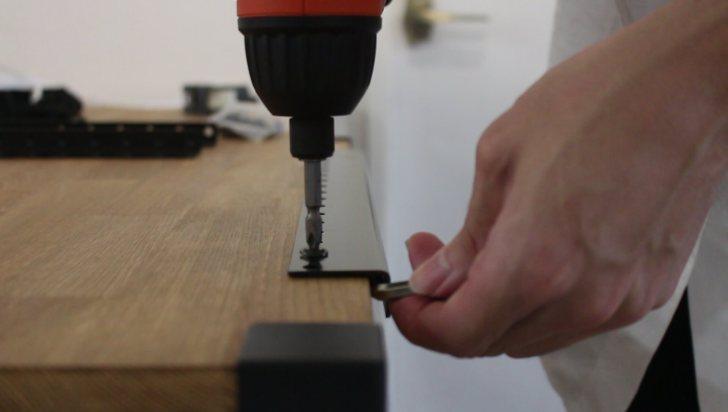 DIYしたキッチンシェルフに少し隙間を開けて不等辺アングルを取り付ける