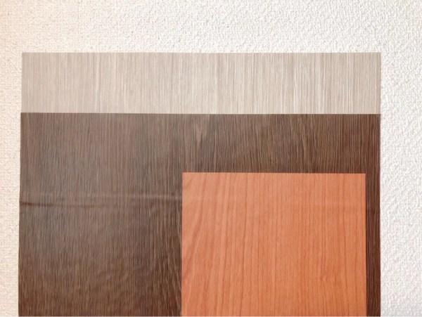 ダイソーの折りたたまれた木目調柄リメイクシートを比較