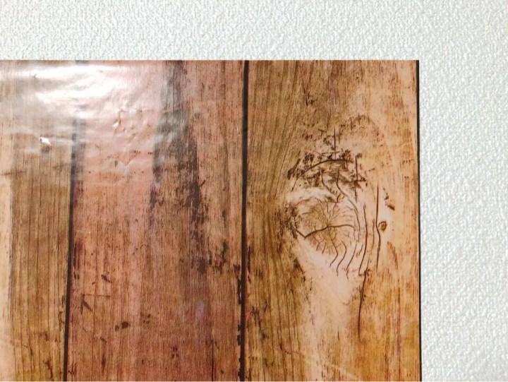ダイソーの筒状のリメイクシート 板壁風シャビーシック ブラウンを間近で見る