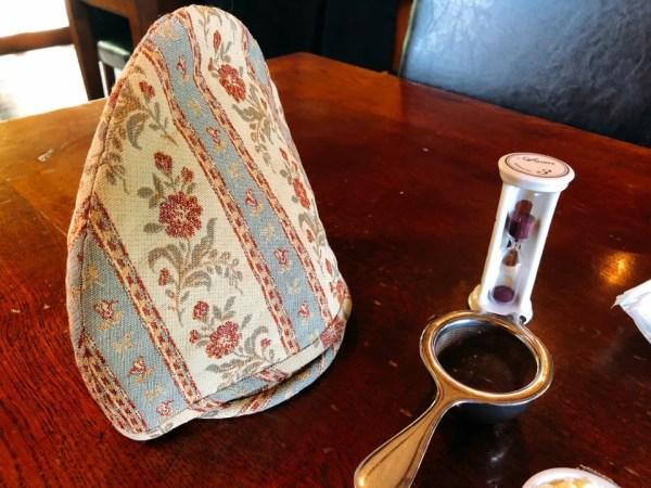 アフタヌーンティーセットを注文した後に砂時計や紅茶を入れる道具が運ばれて来た