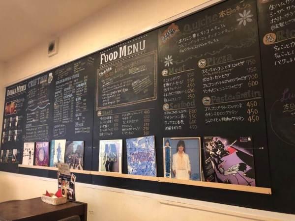 住吉azito(アジト)の店内のメニューが黒板に書かれている