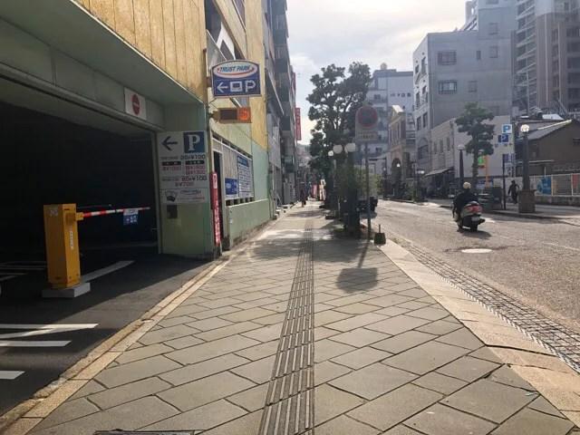 HafH Nagasaki -SAIの場所はレンガの駐車場から真っ直ぐ進んでいく