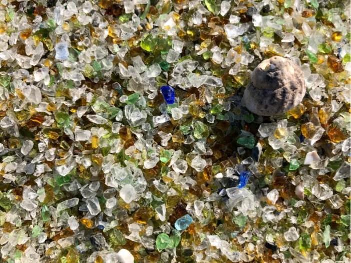 ガラスの砂浜は顔を近づけると綺麗に見える