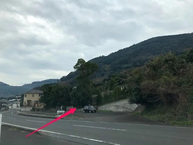 ボーダレスラウンジより150mほど手前に駐車場がある