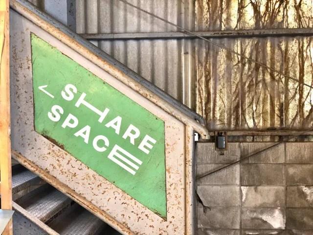 ボーダレスラウンジのテーブルや椅子があるスペースは2階