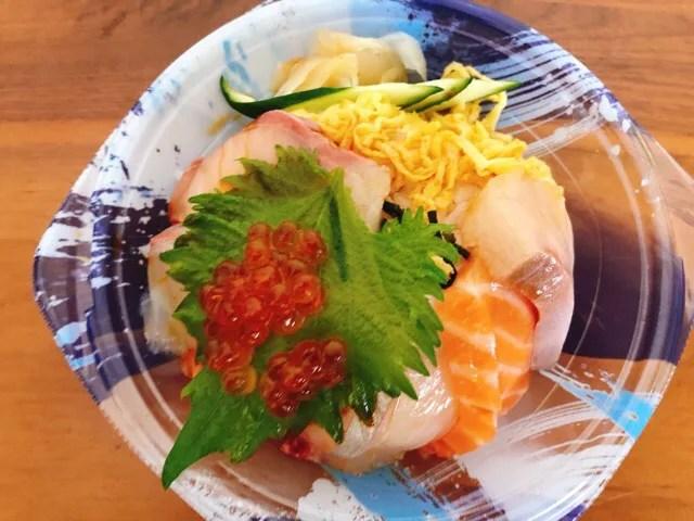 長崎三ツ星フィッシュの海鮮丼の盛り合わせに付属のタレをかける