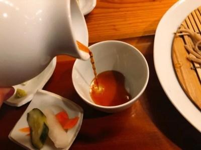 蕎家の手打ち長野産信州二八蕎麦はそばつゆにつけていただく