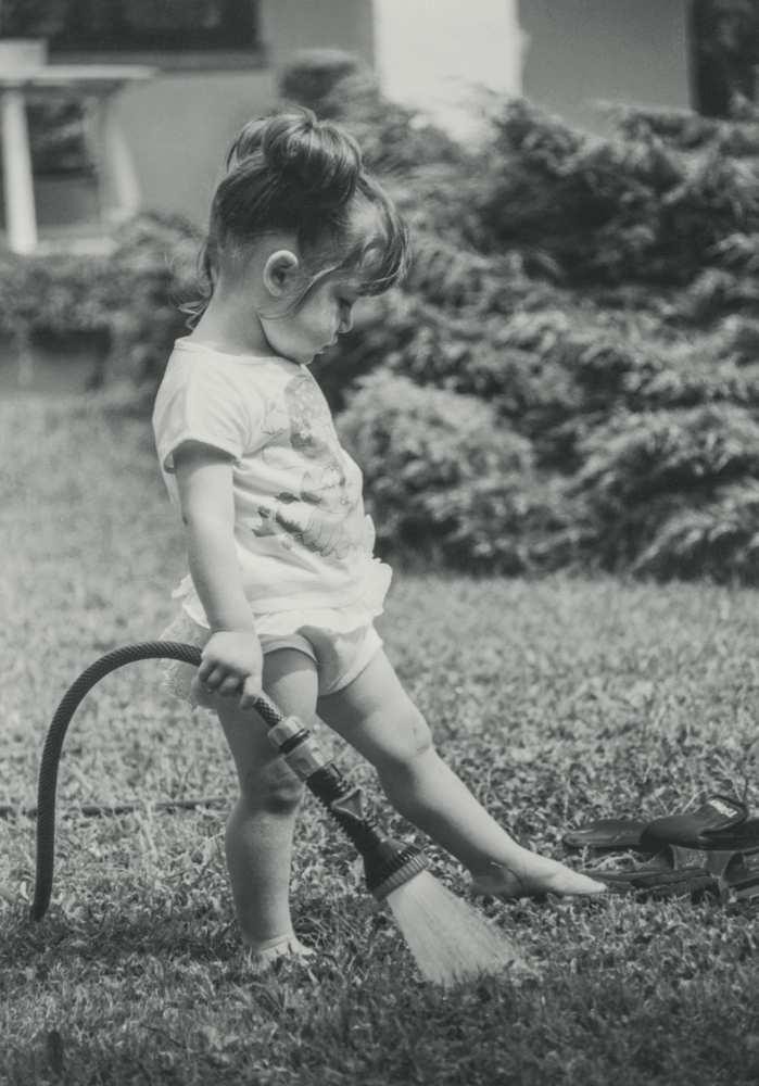 Nelle mani della bambina una delle prime lance Claber, erano gli anni '70