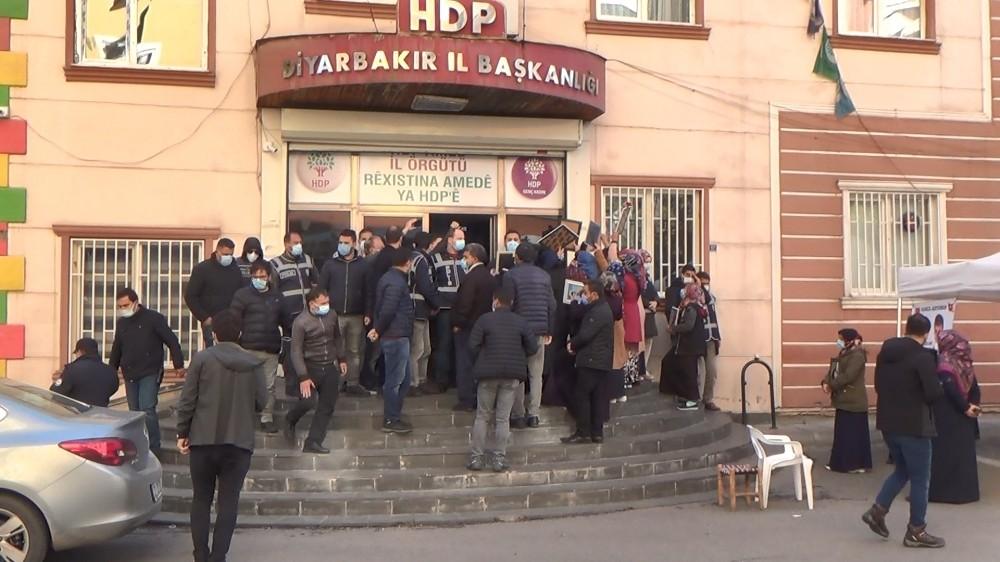 HDP önünde ailelerin yüzüne tükürülmesi iddiası gerginlik oluşturdu