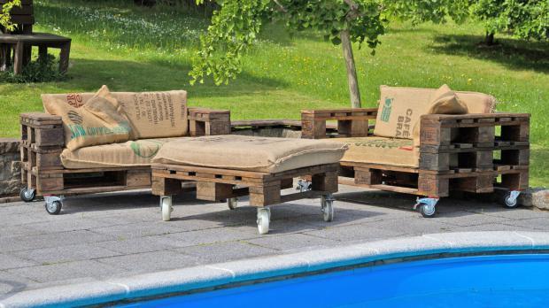 gartenlounge selber bauen aus paletten – igelscout, Gartenarbeit ideen