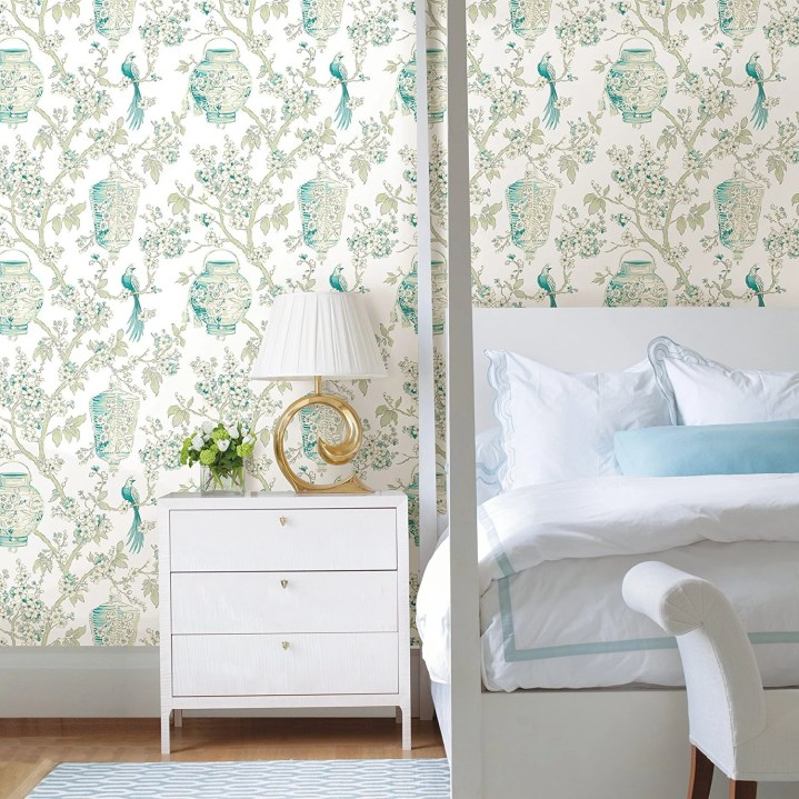 This white and turquoise bird wallpaper is so clean and classic. I absolutely adore it!