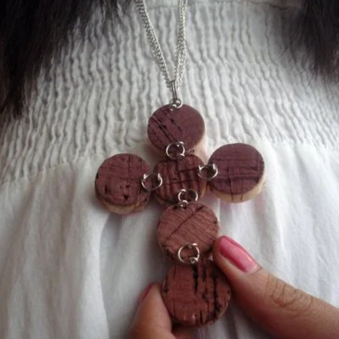 What a cute wine cork necklace!