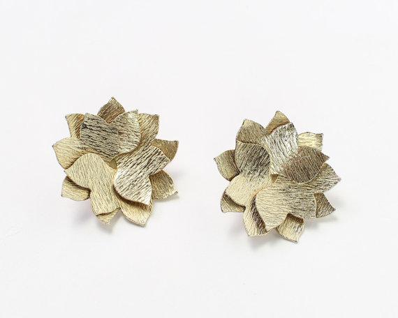 VINTAGE Metal Flower Earrings Clip Ons by WearitWellvintage