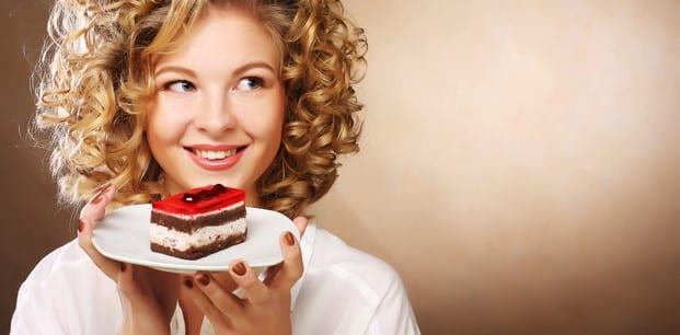 iştah dengelemek için pasta yiyen kadın