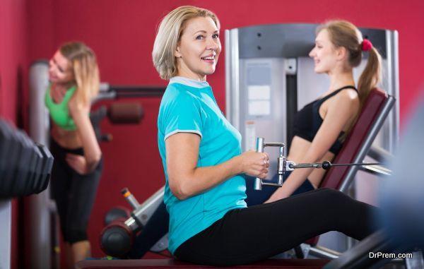 Women doing powerlifting on machines