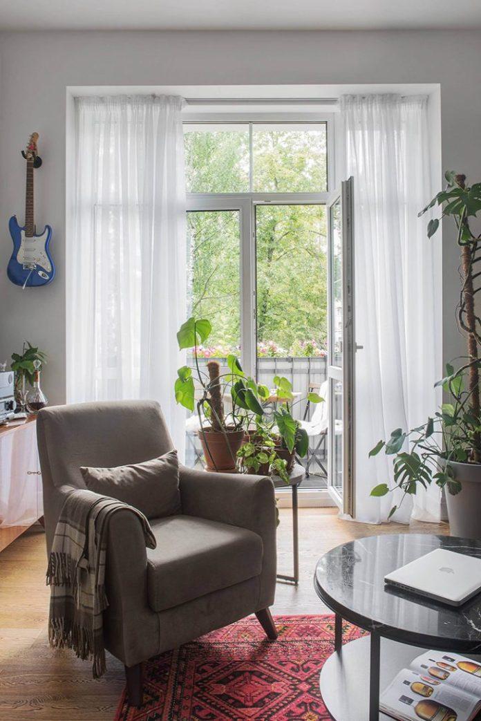 Apartamento urbano/industrial. Sala de estar com plantas e muita luz natural