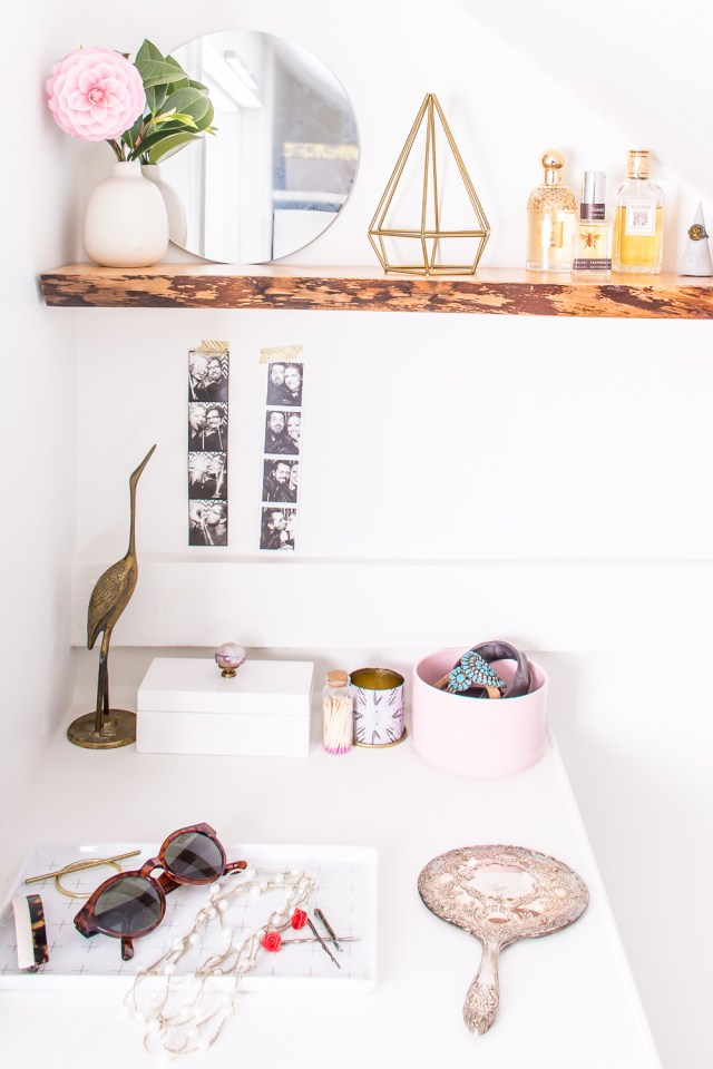 Learn how to hang solid wood floating shelves, perfect for hanging live-edge shelves. This is DIY that even a beginner can do! #DIY #floatingshelves #home #homdecor #homeDIY