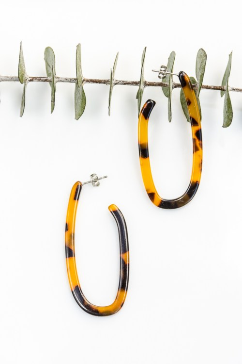 Make your own DIY tortoiseshell hoop earrings with these easy instructions.  It will only take you a few minutes to make classic accessories you'll wear over and over.  #DIY #jewelry