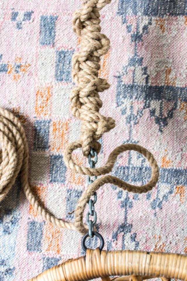 Half-hitch knot around a chain