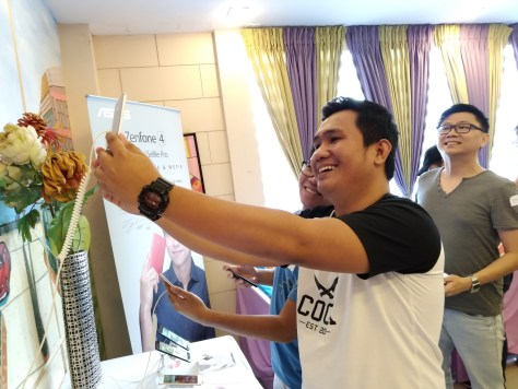 Davao Bloggers checking out the Asus Zenfone 4 Units