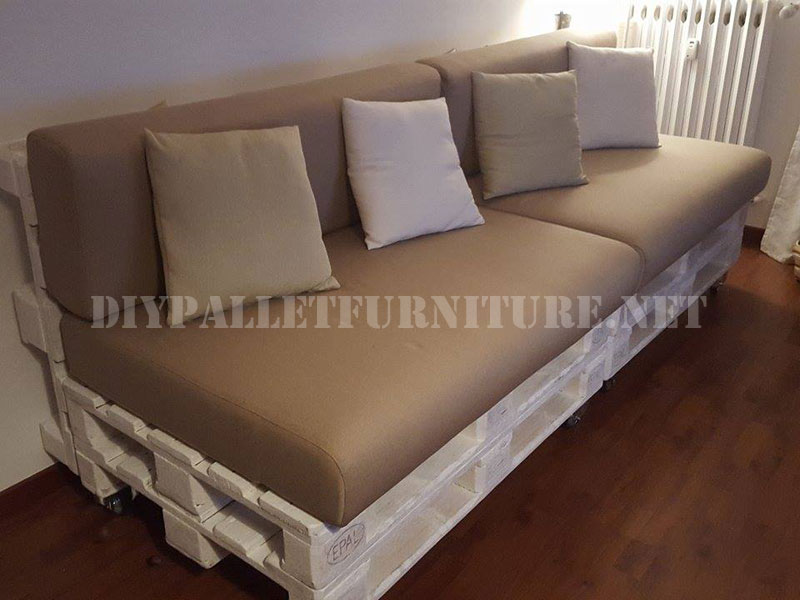 Sofa and magazine rack with palletsDIY Pallet Furniture