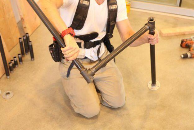 Conecte el otro lado a la tubería | Tabla de la pierna de la pipa DIY | Planes de banco de trabajo y tutorial de muebles rústicos